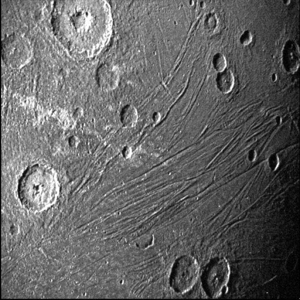 Zbliżenie na kratery Ganimedesa (NASA/JPL-Caltech/SwRI/MSSS)