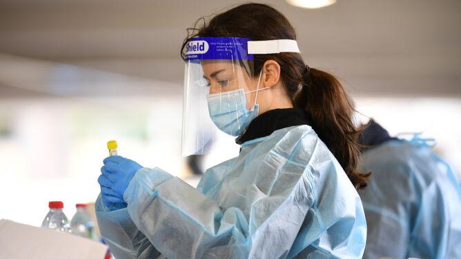 Hospitalizowani pacjenci z COVID-19 są młodsi i zdrowsi niż pacjenci z grypą