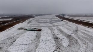 """Twa akcja lodołamania na Odrze i Wiśle. """"Lodołamacze muszą się wgryzać w ten lód"""""""